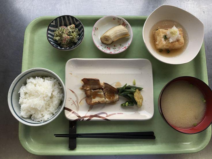 4月12日。鱈の照り焼き、あげ出し豆腐、ブロッコリーのごまマヨネーズ、かぼちゃの味噌汁、バナナでした!鱈の照り焼きが特に美味しかったです!625カロリーです