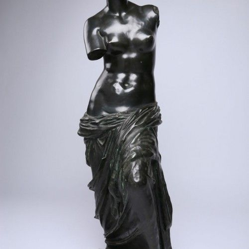 VENUS  Epoque : 1900 Dimensions : H. 101cm. L. 33cm. application.product.price :    «Venus de Milo» Bronze sculpture with green patina.