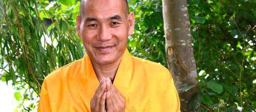 Sur le point d'être amputé de sa jambe dévorée par la gangrène, le lama tibétain Phakyab Rinpoché s'est tourné vers la méditation pour se soigner. Il affirme aujourd'hui qu'elle l'a guéri d'un mal jugé… inguérissable par la médecine. Miracle ? Une première mondiale en tous les cas qui interroge toutes...