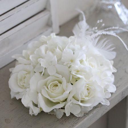 アートフラワーの白バラや羽根を使ったトーク帽風のヘッドドレス wedding headdress of artificial flower