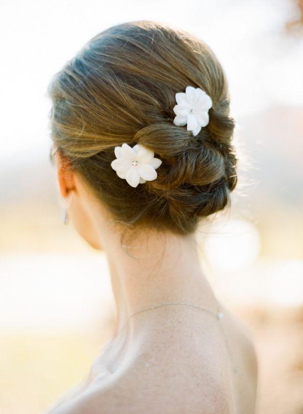 Acconciatura sposa raccolta con fiori bianchi, acconciatura sposa capelli lunghi. Immagini di acconciature sposa: http://www.matrimonio.it/collezioni/acconciatura/2__cat