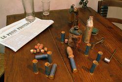Une table dans la Maison sur laquelle se trouve notamment le journal Le Petit Provençal