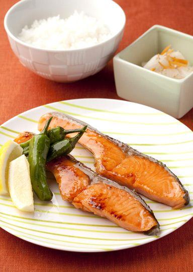 鮭の照り焼き のレシピ・作り方 │ABCクッキングスタジオのレシピ ... 日の出新味料を使って鮭をつけこみ、簡単に照り焼きを作ります♪漬けこむ作業を前日の夜にすませておくと、朝の時間短縮につながります。朝ごはんの定番メニューです。