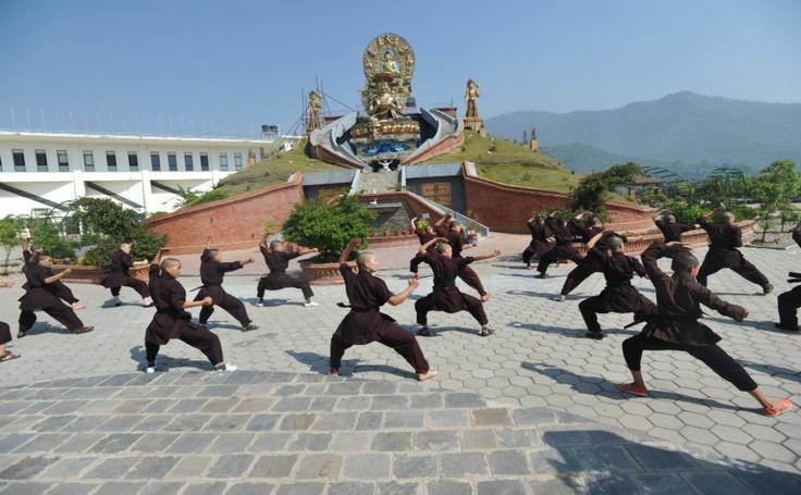 Práctica budista kung fu en el monasterio Drukpa Amitabha, en la foto se ven monjas en las afueras de Katmandú el 26 de abril. Las monjas budistas en el Himalaya han sido tradicionalmente vistas como inferiores a los monjes,  relegadas a tareas domésticas como cocinar y limpiar. El convento Amitabha Drukpa ha sido testigo de un fuerte aumento de interés en convertirse en una monja y a la introducción de clases de artes marciales.