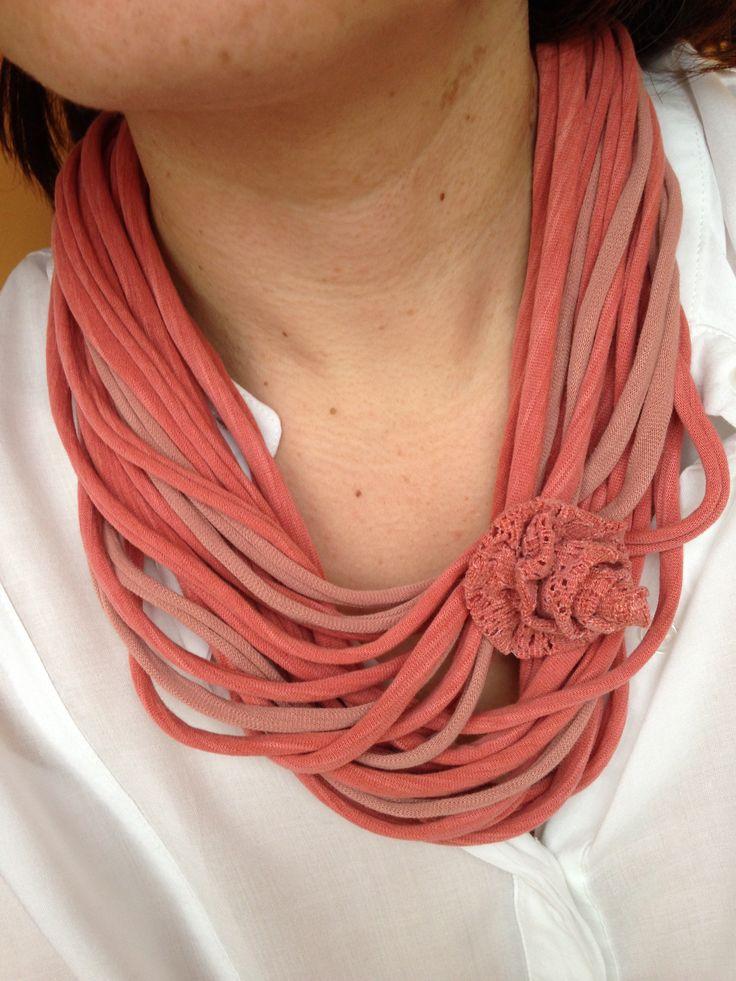 collana in fettuccia con spilla a fiore in pizzo. vecchie magliette riciclate. recycled T-shirt necklace