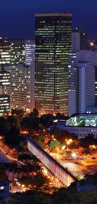 Arcos da Lapa e, ao fundo, o Banco do Brasil, o maior prédio do Rio.