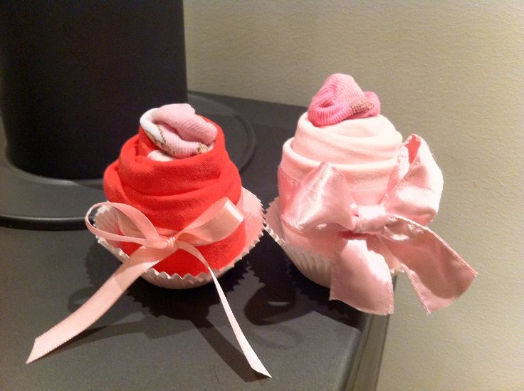 Kraamcadeau: 'Cupcake's want er is een meisje geboren'  Origineel, schattig en functioneel om te geven als kraamcadeau, voor een babyshower of 1e verjaardag! Of in combinatie met duurder cadeau, zoals een ringetje/armbandje of kadobon van iets.  Ingrediënten per cupcake: - 1 rompertje - 1 sokje  Benodigdheden: - plakband - lintjes - papieren cakevormpjes (nog leuker is een ijscoupe of een geschikt kinderbekertje) - cellofaanpapier (om het leuk te verpakken)