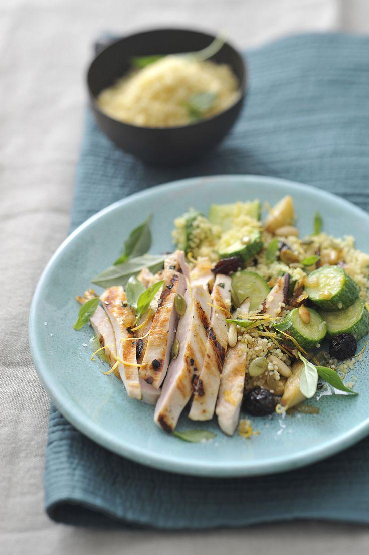 Prova questo piatto leggero e completo: dorate fette di petto di pollo e zucchine ai profumie dell'orto con cous cous. Scopri la ricetta di Sale&Pepe.