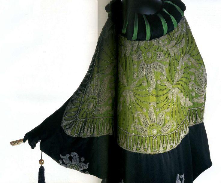 Манто. Ами Ланкер, 1913. Черный шелковый атлас и светло-зеленый шелковый креп, воротник из черного и зеленого шелкового атласа, вышивка из бисера с цветочным и восточным узором, силуэт в виде кокона.