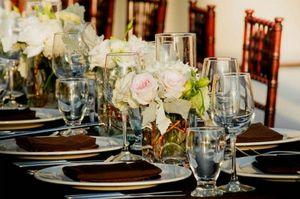 Bellísimos centros de mesa con base de vidrio: Arreglos florales de igual altura y estilo