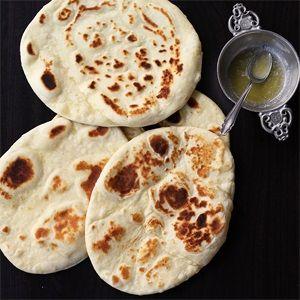 Dieses Brot ist sehr luftig und wird ganz ohne Germ zubereitet. Normalerweise wird Naan im Tandoor-Ofen gebacken - aber in der Pfanne funktioniert es auch. (Vegan Recipes Bread)