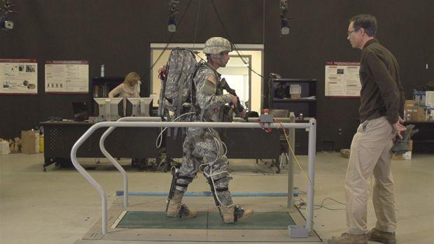 米陸軍が開発、パワードスーツをまとった「未来の兵士」