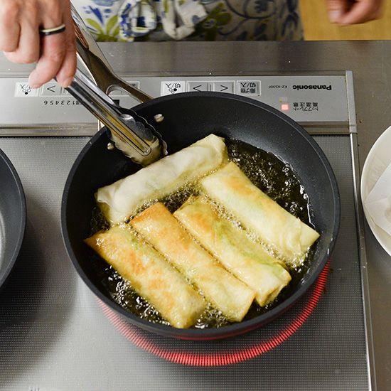 【フライパン1つで満足レシピ】時短でラクチン♪ 1cmの油でさっと揚げる「かんたん春巻き」