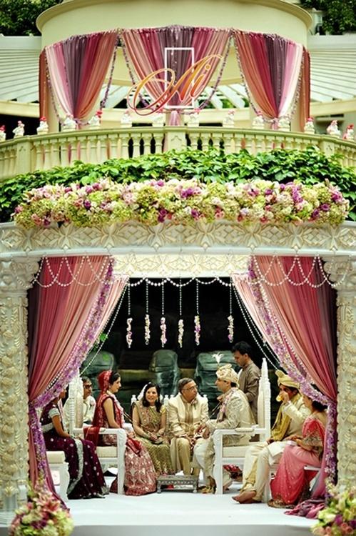 Woah! Talk about a grand wedding mandap!