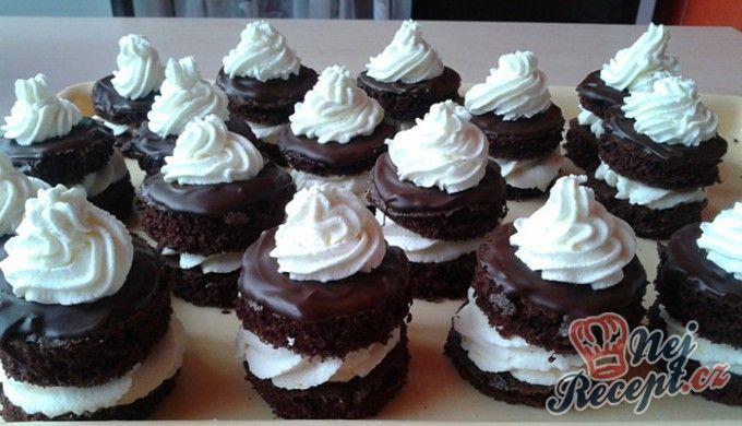 Čokoládově tvarohové dortíky se šlehačkou