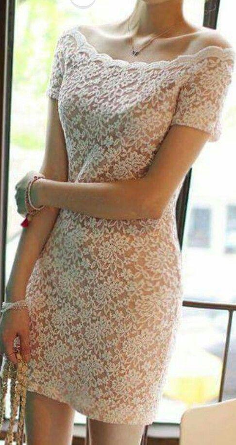 Vestido de encaje blanco con mangas