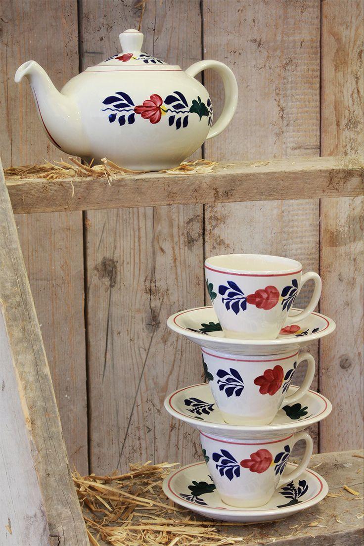 Theepot en kop en schotels van boerenbont. Kijk snel verder voor meer thee artikelen.