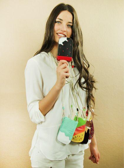 #inspiration #instfashion #newcollection #funda #helados #salvadorbachiller #summer #june #musthave #lovemoda #it #original #desing #ideales #loquiero #loveit Original monedero en forma de helado con entrañable cierre de boquilla y correa de piel para engancharlo a cualquier sitio. Medidas: 11cm x 9cm x 2cm