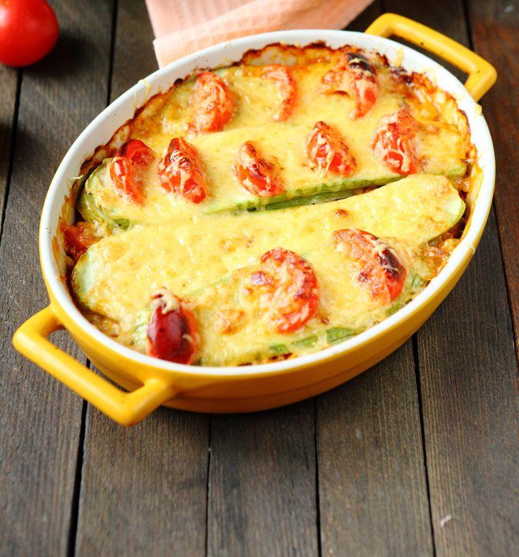 Ricetta Ricotta con pomodori e zucchine al forno PREPARAZIONE : 20 minuti COTTURA: 55 minuti PER 6 PERSONE Ingredienti 4 pomodori di medie dimensioni (circa 500 g) 4 zucchine di media lunghezza (circa 560 g) 500 g ricotta 4 cucchiai di olio extravergine di oliva (circa 30 g) Sale pepe  Scopri la ricetta: http://www.granarolo.it/Ricette/Ricotta-con-pomodori-e-zucchine-al-forno