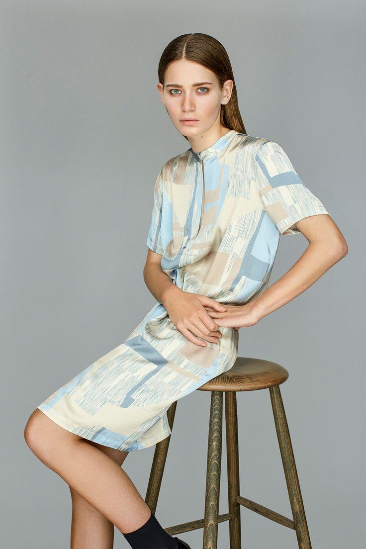 Cranberry i Cassia Print er en flot og eksklusiv kjole i flotte, lyseblå, råhvide og sandfarvet toner