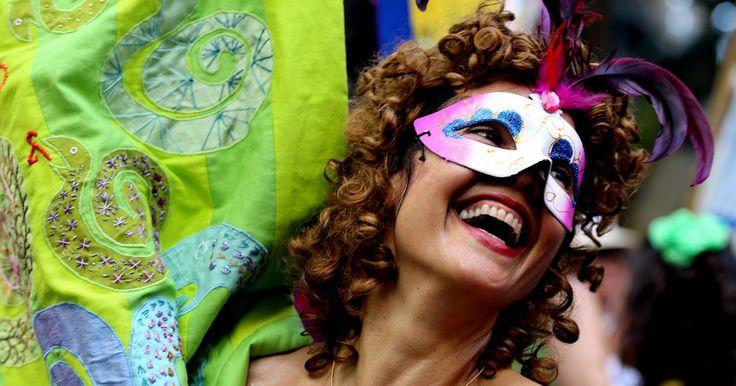 Os principais blocos de rua do Carnaval do Rio de Janeiro. O Carnaval do Rio de Janeiro é famoso mundialmente pelos desfiles das escolas de samba na Marquês de Sapucaí. Mas, nos últimos anos, a chegada de um número expressivo de novos blocos fez ressurgir com força total o Carnaval de rua pela cidade. São centenas de cortejos autorizados pela ...