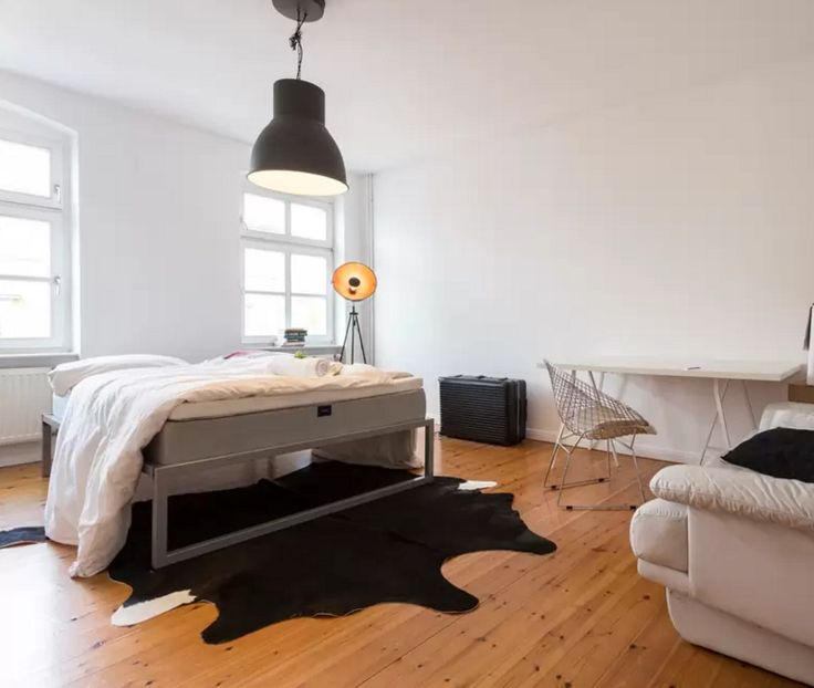 Apartment In Berlin Mitte Mit Gepflegtem Parkett Hohen Fenstern Und Decken Sowie Grossem King