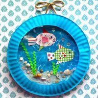 Collage Unterwasserwelt aus Papptellern, gemustertem Papier, Sand, Steinchen und Farbe