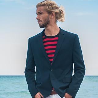 Austin Davis est sexy dans son blazer… | 23 barbus avec des chignons qui vont vous réveiller sexuellement