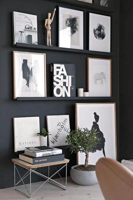 Plantinha, banco pequeno, parede preta! :)