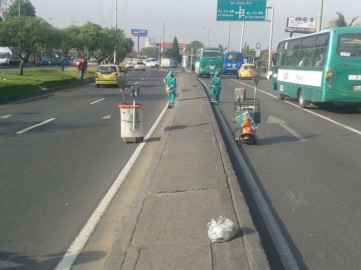 Localidad Engativá  Así trabaja Aguas de Bogotá.  Aguas de Bogotá SA ESP la empresa del posconflicto, adelanta en este momento operativos de limpieza por los sectores comprendidos entre la avenida 68 calle 80 y avenida Boyacá.