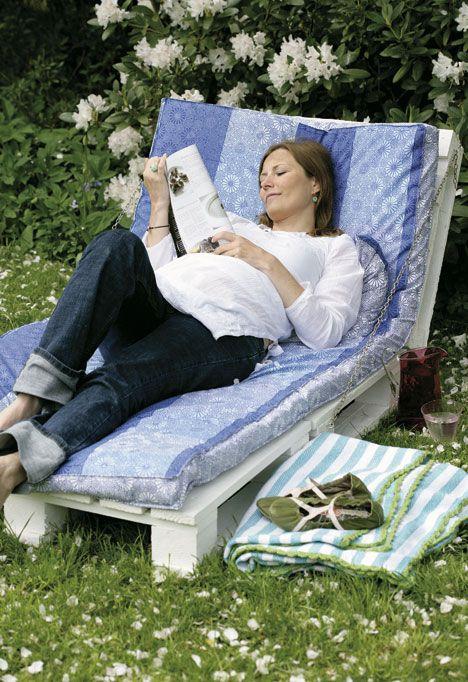 Instructions for a pallet chaise longue here:    http://www.boligliv.dk/Kreative-Ideer/Byg-din-egen-solseng/