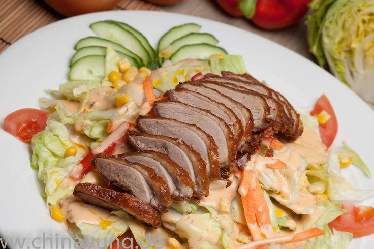 Entenbrust Salat  knusprig gebackene Entenbrust auf knackig frischem Salat, mit french Dressing - by www.chinayung.de