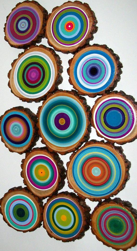 Anillos de los árboles a un precio asequible... Este es un Set enorme!  Se trata de un gran conjunto de 12 anillos de los árboles. Anillos de los árboles Perfectamente pintado. Proceso: Cortado del árbol con una sierra, la superficie de la arena, sello de madera 2 x delantera y posterior, el agujero de taladro en el lugar centro, seleccione la paleta de colores, reproductor de discos y anillos de la pintura en capas, sello otra vez 2 x frente y dorso. Se trata de mano de obra intensiva pero…