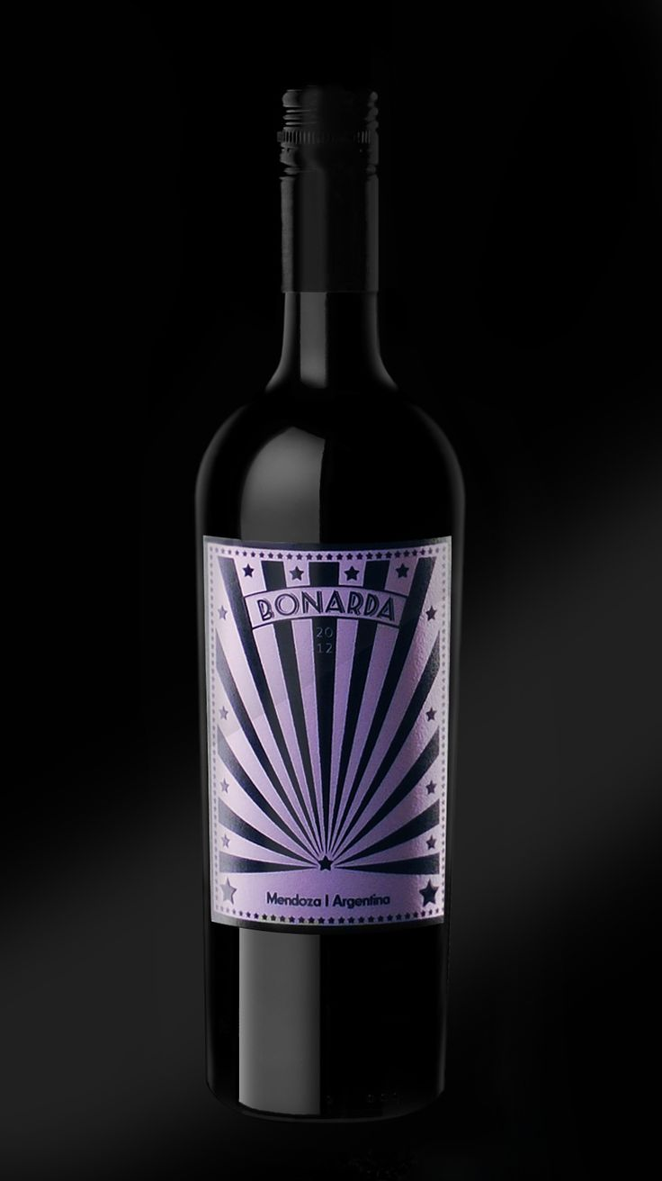 Nieto Senetiner, a famous Argentinian winery since 1888 asigned to Caliptra with the task of designing a special packaging for a limited edition of its Bonarda wine. This edition is only dedicated to the London Marks & Spencers shops.   The graphic layout is inspired by the movie Luna de Avellaneda de Juan José Campenella that shows this magical world. The aesthetics is special and innovative with a retro typography and a lavanda colour.