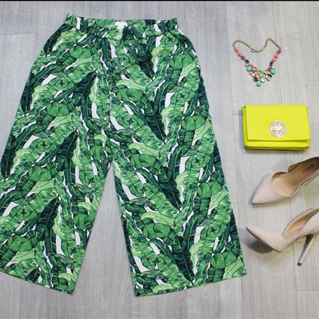These #HM pants have us dreaming of tropical vacations & beachside villas – Add a pop of sunny colour with a gorgeous #KateSpade purse & you'll be rocking some serious style all summer long! // H&M pants, size 8, $10 // Kate Spade purse, $45 // #JustFab pumps, size 6, $10 // | www.platosclosetbrampton.com