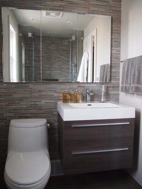 808116d473fe5 Pared en la que está instalado un lavabo con mueble de madera ...