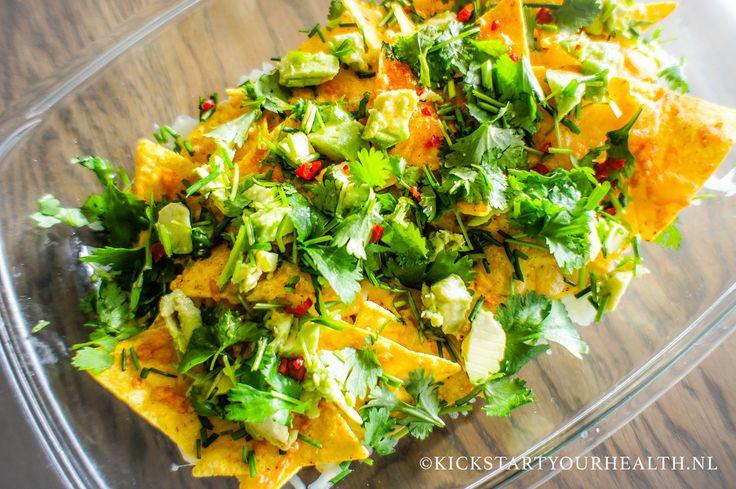 Gezonde nacho's maken? Met dit recept maak je van een nacho schotel een gezonder gerecht! Met o.a. koriander, avocado en een gezonde zoetzure chili saus!