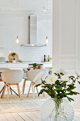 This is such a nice and spacious kitchen. I love the carpet underneath the dining table, the white tiles against the wall in combination with the beautiful old ceilings. — Dit is zo'n mooie en ruime k