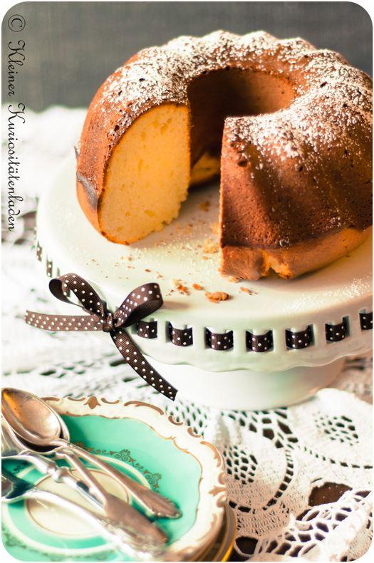 Napfkuchen mit weißer Schokolade (auf schöner Kuchenplatte)