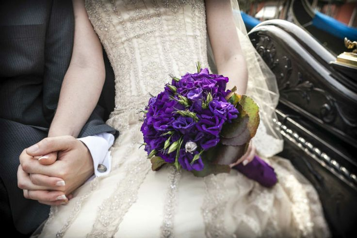 Purple bouquet from wedding in Venice - photo by Luca Rajna