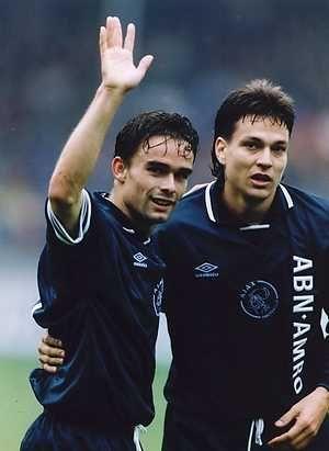 Heerenveen-Ajax 0-4. Doelpuntmakers Marc Overmars en Jari Litmanen.