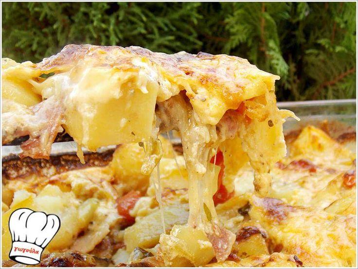 Υπεροχες,μυρωδατες,πεντανοστιμες πατατες φουρνου με υλικα που δενουν απολυτα μεταξυ τους για να συνοδεψουν απιστευτα ψητα κρεατικα αλλα και για κυριως γευμα με πρασινη σαλατα. <strong>Δικες σας!!!</strong>
