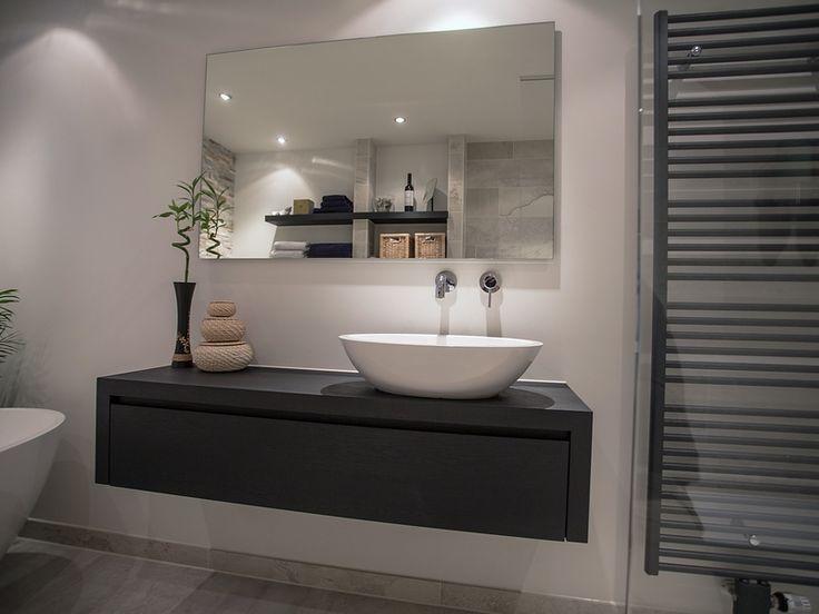 De Eerste Kamer - Het nieuwe zwart In het centrum van Utrecht is deze gave badkamer van Gert en Elizabeth gerealiseerd. Het houten badkamermeubel heeft de kleur steenkool zwart gekregen. Dit nieuwe zwart contrasteert ontzettend mooi bij de lichte, natuurlijke kleuren.