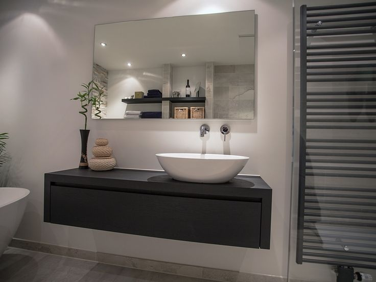 17 beste idee n over zwarte lichte kamer op pinterest halloween badkamer - Badkamer zwart en hout ...