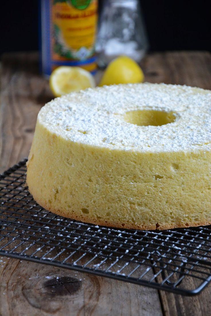 Gâteau léger comme une plume aux blancs d'oeufs  6 blancs d'œufs,230 g de sucre 220 g d'eau,150 ml d'huile d'olive,1 citron bio,380 g de farine,1 sachet de levure chimique,1 pincée de sel