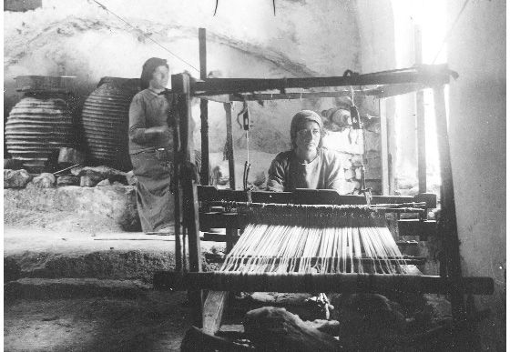 Μάνη. Kοπέλα στον αργαλειό και η μάνα της ετοιμάζει το στημόνι, 1935. Πέτρου Καλονάρου:  Οδοιπορικό στη Μάνη 1920-1935. www.manivoice.gr