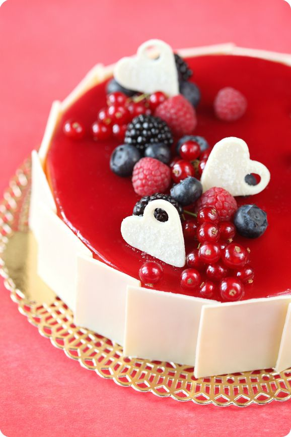 Coconut berries entremet - almond cake base, white wine jelly with berries, coconut mousse and raspberry mirror glaze   Verdade de sabor: 1 год - 1 торт / 1 ano - 1 bolo