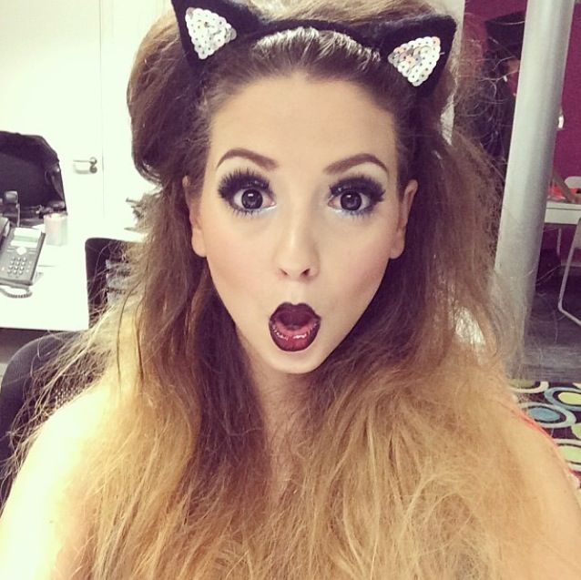 Zoe is a cat for halloween this year :) she looks so gorgeous! (Zoella280390, Zoella, Zoe Sugg)