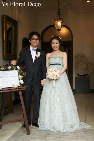 スモーキーな水色のドレスに白ピンクのクラッチブーケ ジャルダン・ド・ルセーヌ館挙式の新婦さんへ