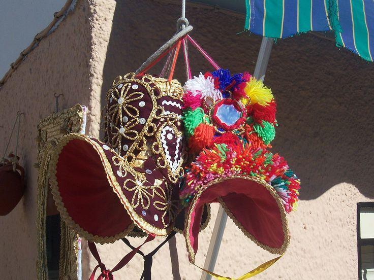 Los gorros de montermoseña forman parte del traje típico femenino de Montehermoso y son su símbolo más reconocido.